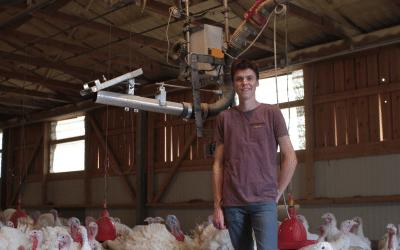 Ein Prototyp der Einstreuroboters SENTINEL im Test bei einem deutschen Putenzüchter